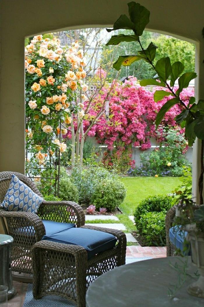 Garten-mediterraner-Stil-Rattanmöbel-Grün-Blumen