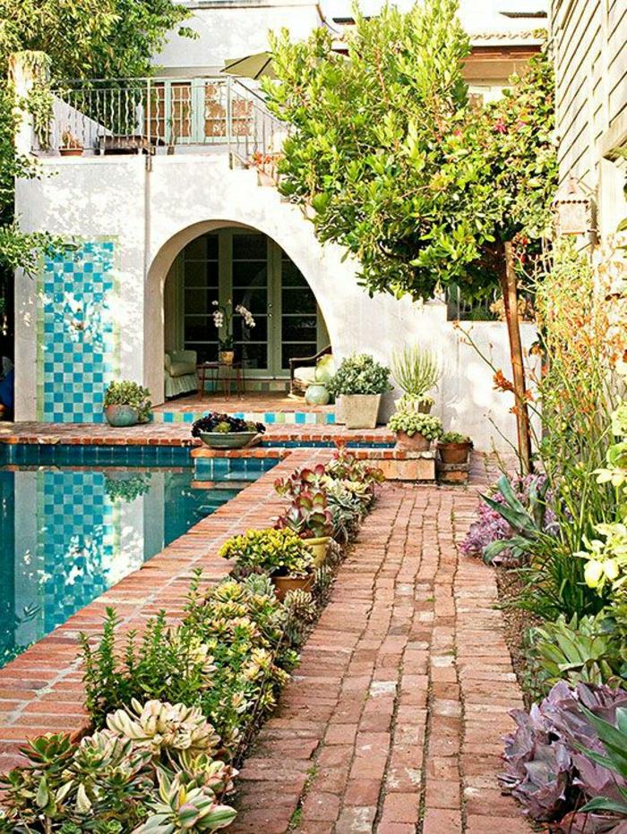 Garten-mediterraner-Stil-türkisblaue-Fliesen-Schwimmbad-Blumen-Treppen