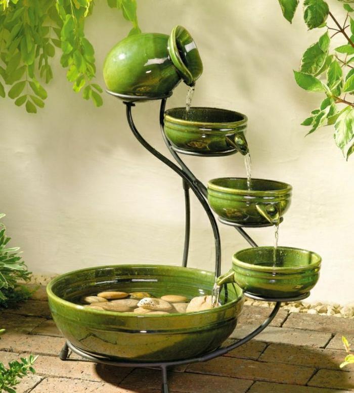 Gartenbrunnen-Töpferei-grün-dekorative-Steine