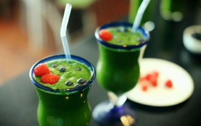 Gemüse-Smoothie-Grünkohl-Spinat-Früchte-Dekoration