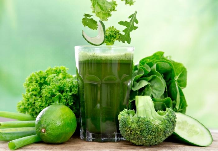 Gemüse-Smoothie-Spargelkohl-Zwiebel- Petersilie-Spinat-Gurke-Zitrone