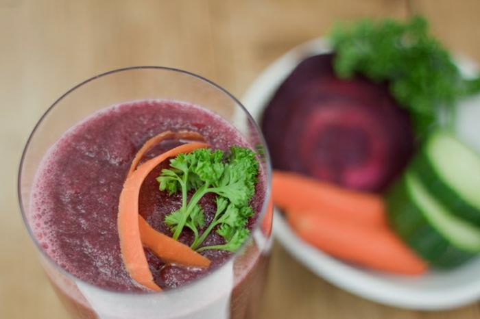 Gemüse-Smoothie-rote-Rübe-Gurke-Karotte-Petersilie