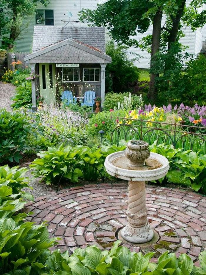 Geräteschuppen-Garten-Blumen-Wasserbrunnen