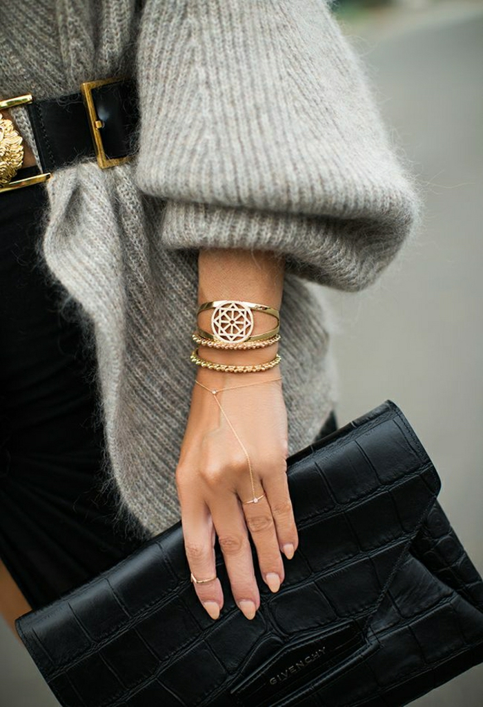 Givenchy-Clutch-schwarz-goldener-Schmuck-grauer-Pullover