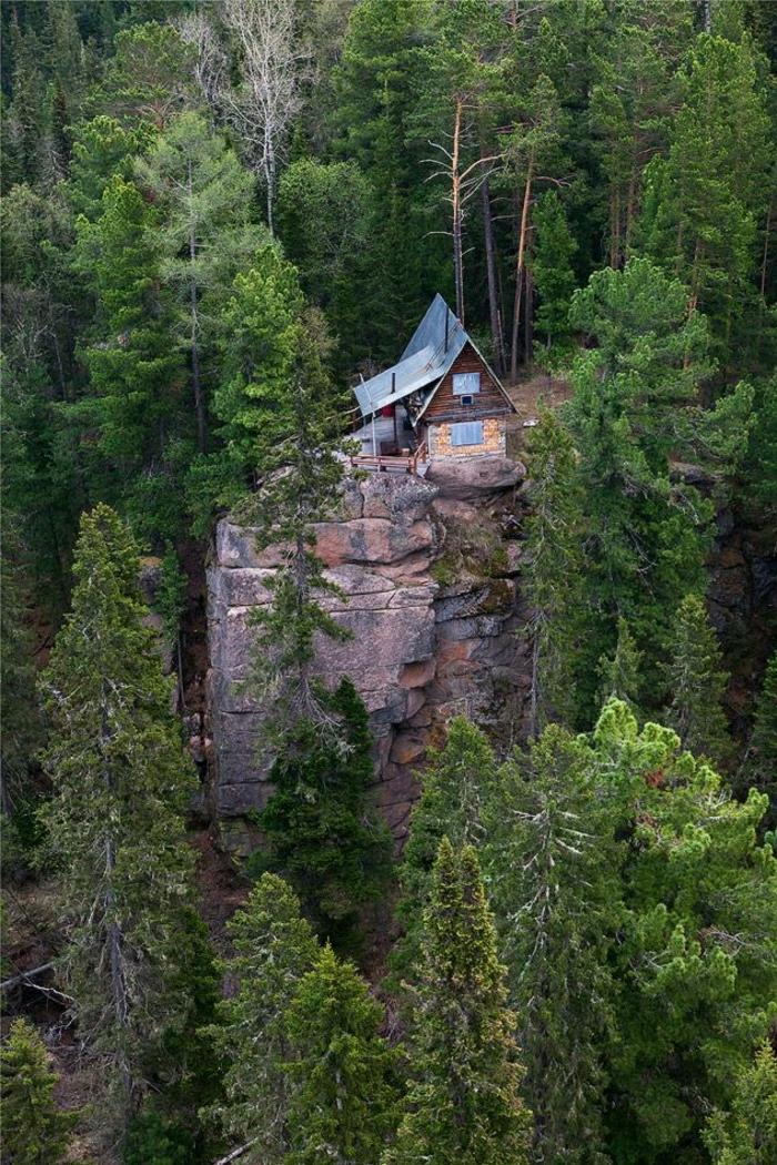 Berghütten-Felsen-Bäume-isoliert