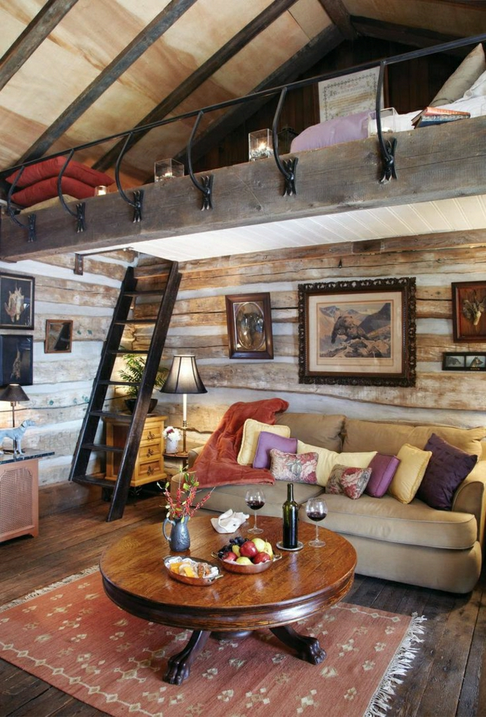 Hütte-Holz-zweistöckig-Schlafzimmer-Wohnzimmer-Sofa-Kissen-Tisch-Wein-Früchte-Leiter-Bilder