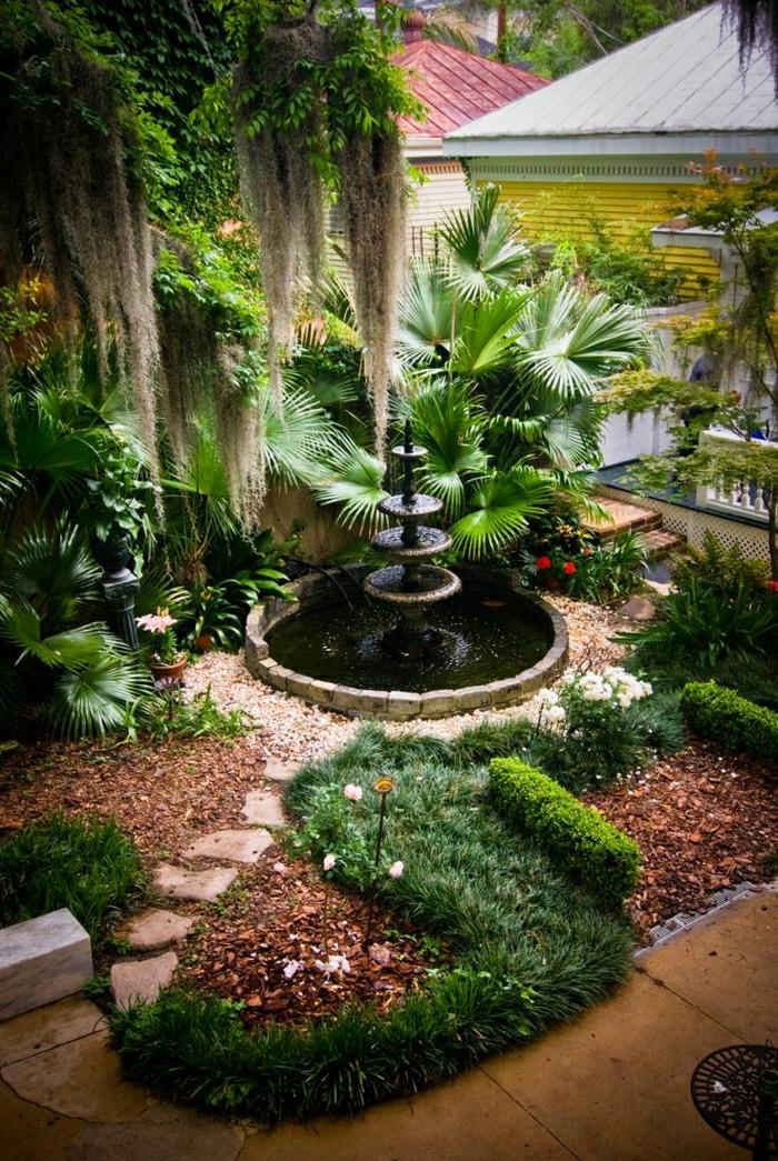 Haus-Garten-Palmen-Blumen-Sträucher-Gartenbrunnen