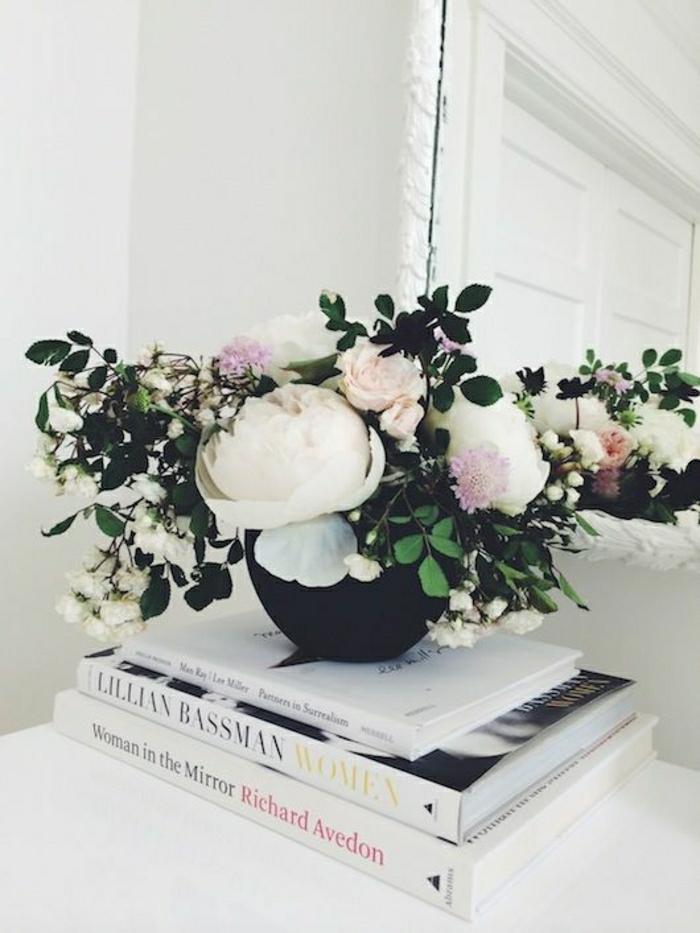 Hausdekoration-Blumen-Spiegel-Bücher