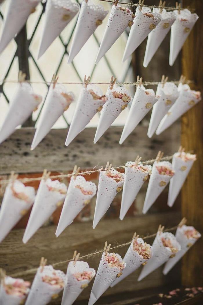 Hochzeit-Blumenblätter-Konfetti-Papierkornette-Wäsche