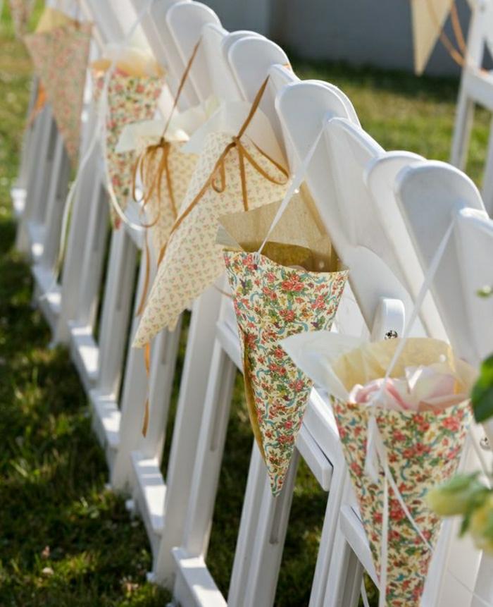 Hochzeit-Deko-Stühle-Papierkornette-Rosenblätter