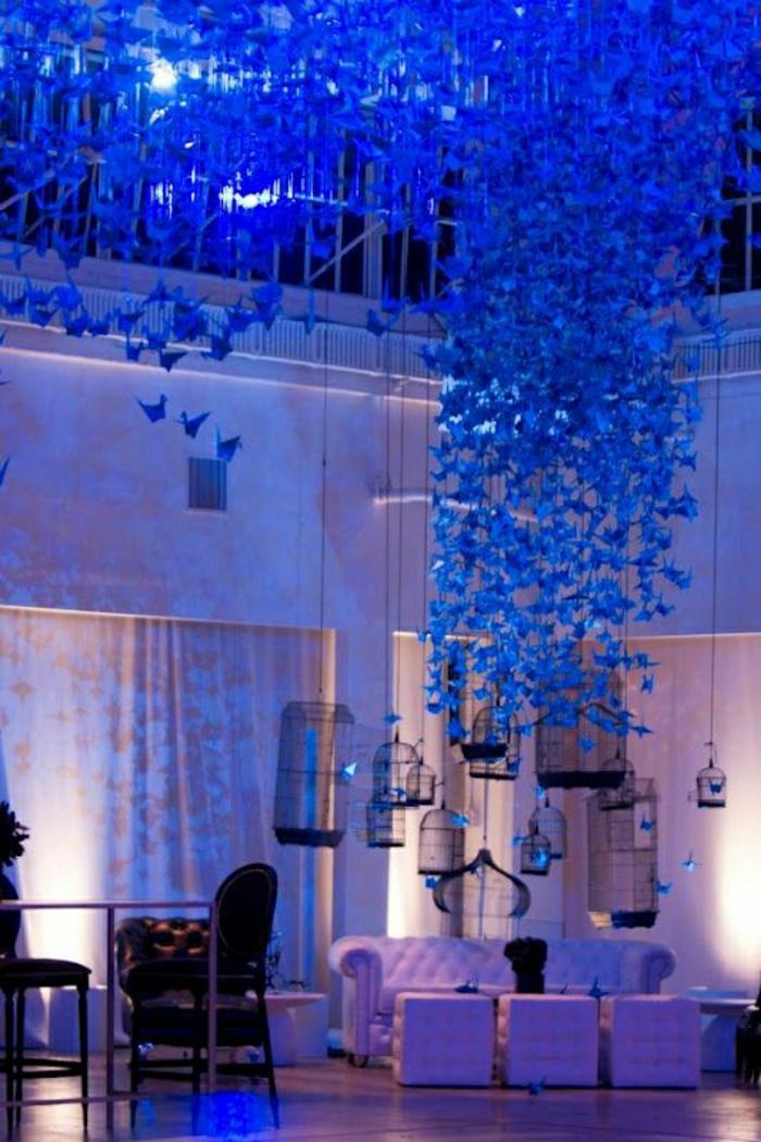 Hochzeit-Deko-blaue-Origami-Kraniche-hängend-Neonlichter