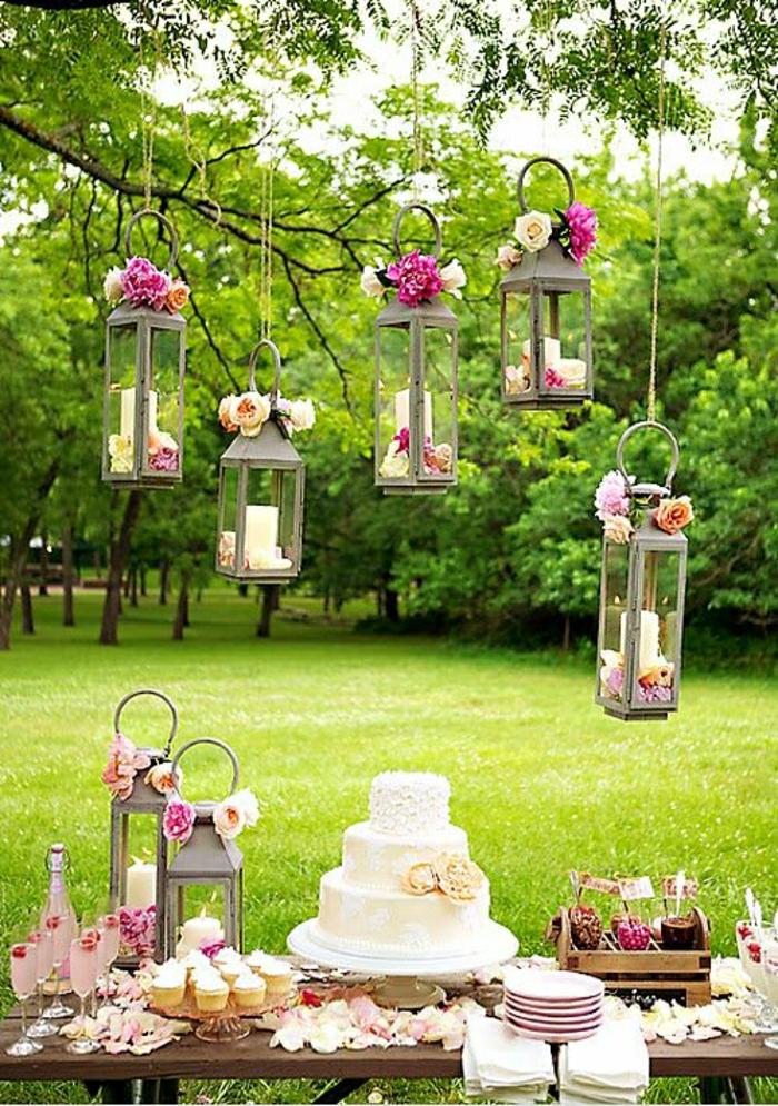 Hochzeit-Dekoration-Garten-Blumen-Laternen-Kerzen-Torte-Wein-Gläser-Cupcakes