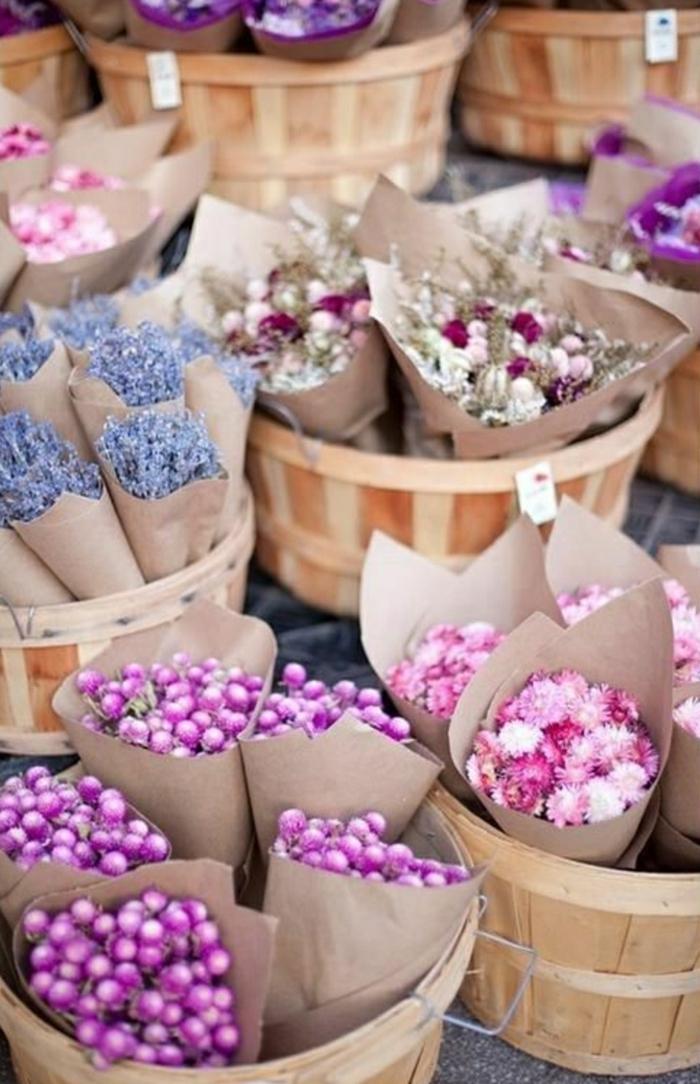 Hochzeit-Körbe-braune-Papierkornette-Lavendel-Blumen