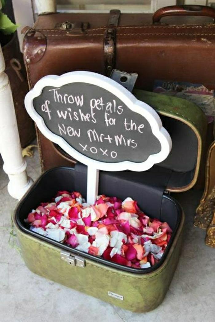 Hochzeit-Koffer-Rosenblätter