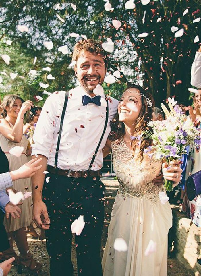 Hochzeit-Blumenblätter-glückliches-Ehepaar