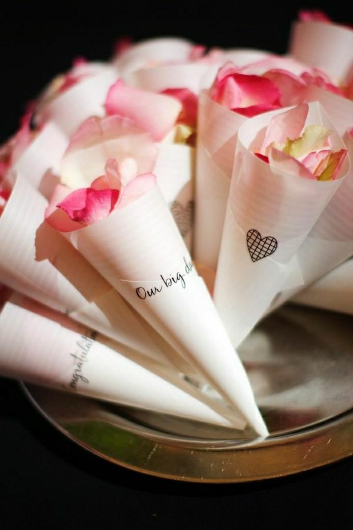 Hochzeit-Papierkornette-Rosenblätter