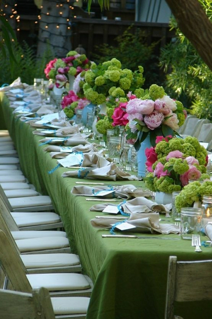Hochzeit-Tisch-Dekoration-grüne-Tischdecke-Blumen