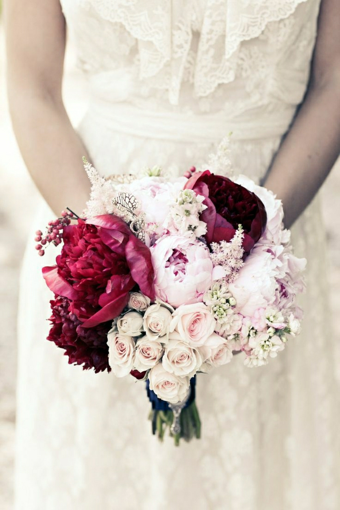 Hochzeitsstrauß-Rosen-Pfingstrosen