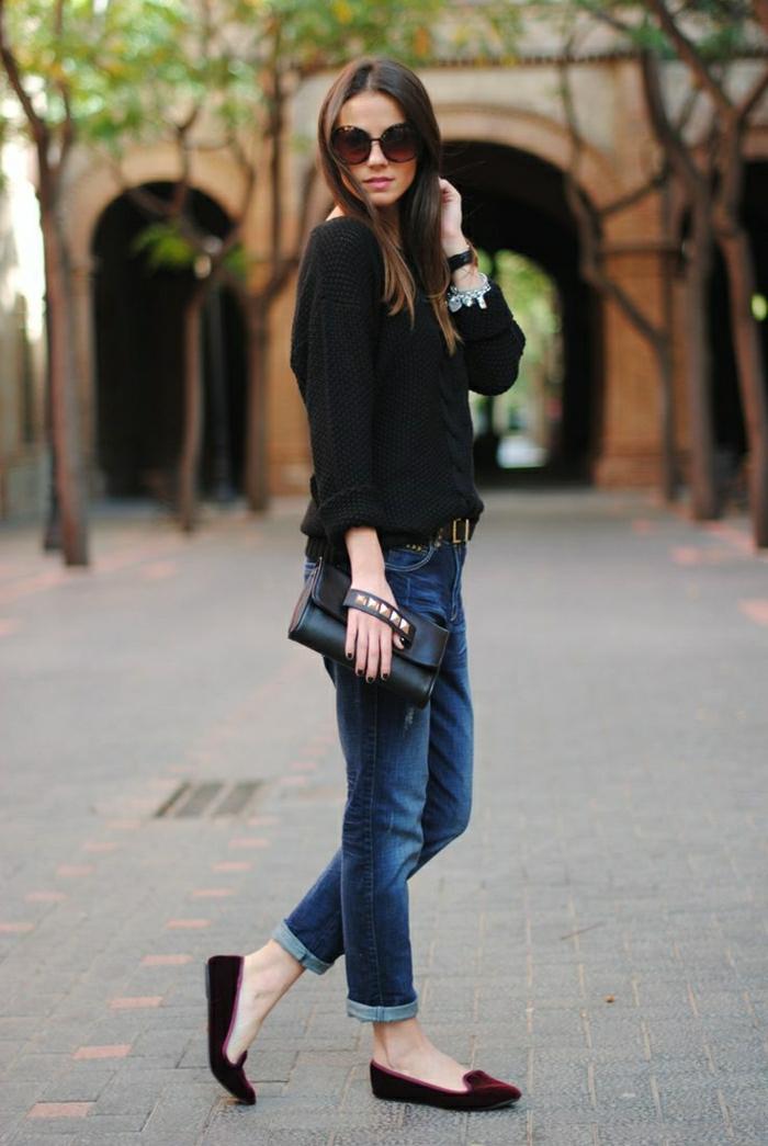 Jeans-Pullover-weinrote-Schuhe-Clutch-Dekoration-Metall