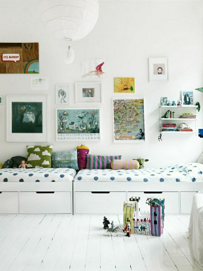Kinderzimmer-skandinavischer-Stil-weiße-Wände-bunte-Kissen-Akzente