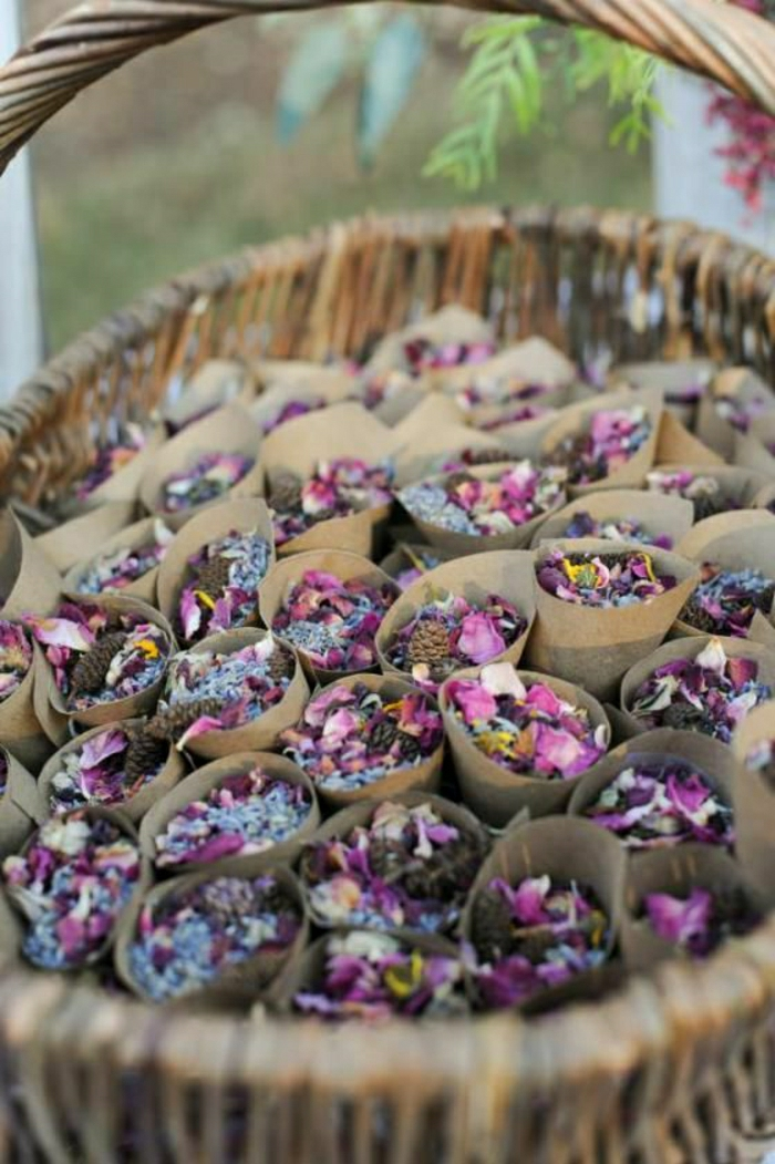 Korb-braunes-Papier-Kornette-lila-Blumenblätter