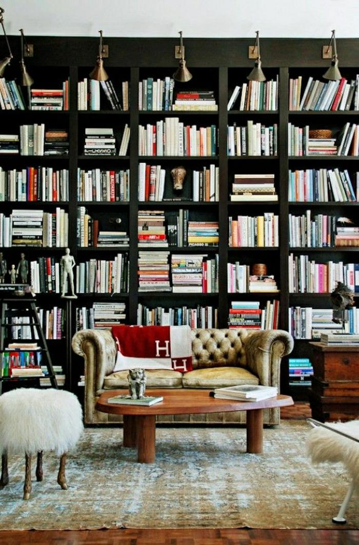 Leder-Chesterfield-Bücherwand