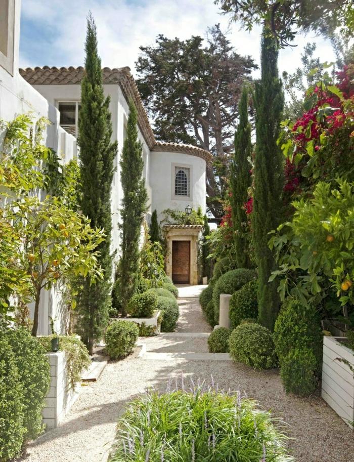 Malibu-Haus-mediterraner-Garten-dekorative-Steine-Zitronenbäume