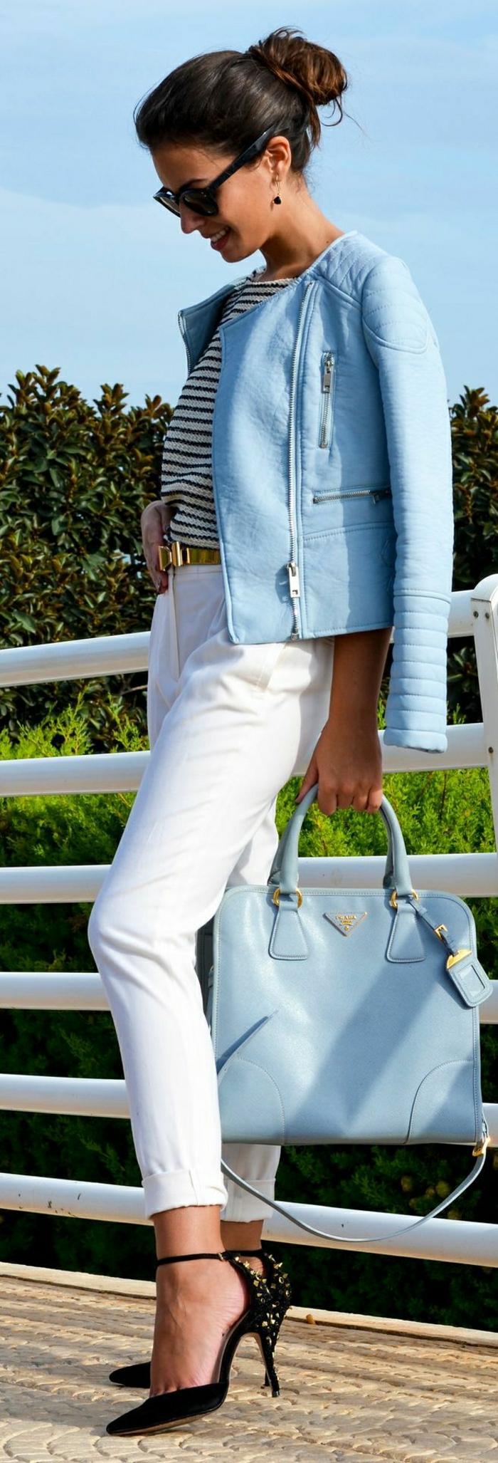 Moto-Jacke-weiße-Hosen-schwarze-Stöckelschuhe-Prada-Tasche