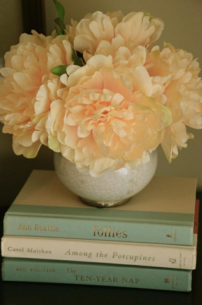Nachttisch-Dekoration-Blumen-Pfirsich-Farbe-Bücher