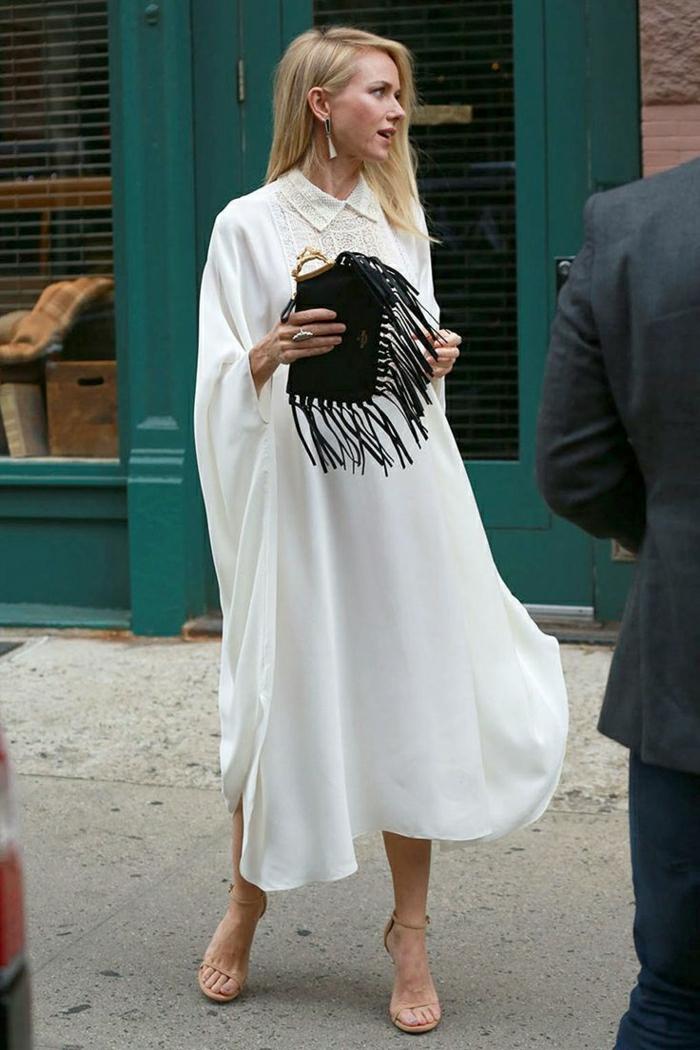Naomi-Watts-weißes-Kleid-schwarze-Clutch-Fransen
