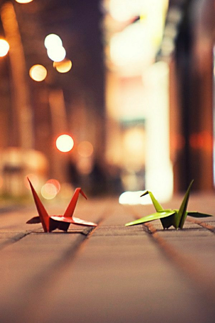 Origami-Kraniche-rot-grün-Straße