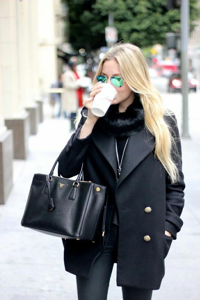 Outfit-gänzlich-in-Schwarz-reflektierende-Sonnenbrille-schwarze-Prada-Tasche