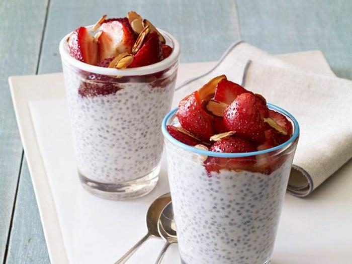 Protein-reiches-Frühstück-Joghurt-Erdbeeren-Chia-Samen