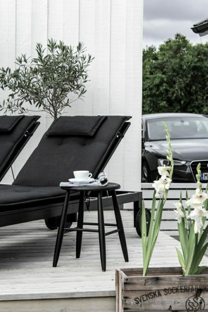 Raum-im-Freien-skandinavische-Wohnung-schwarze-Möbel-minimalistisch-Pflanzen