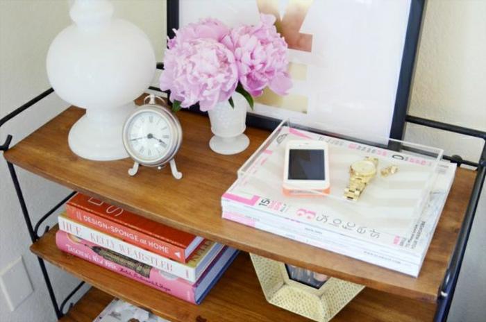 Regale-Wecker-Bücher-Vase-Blumen