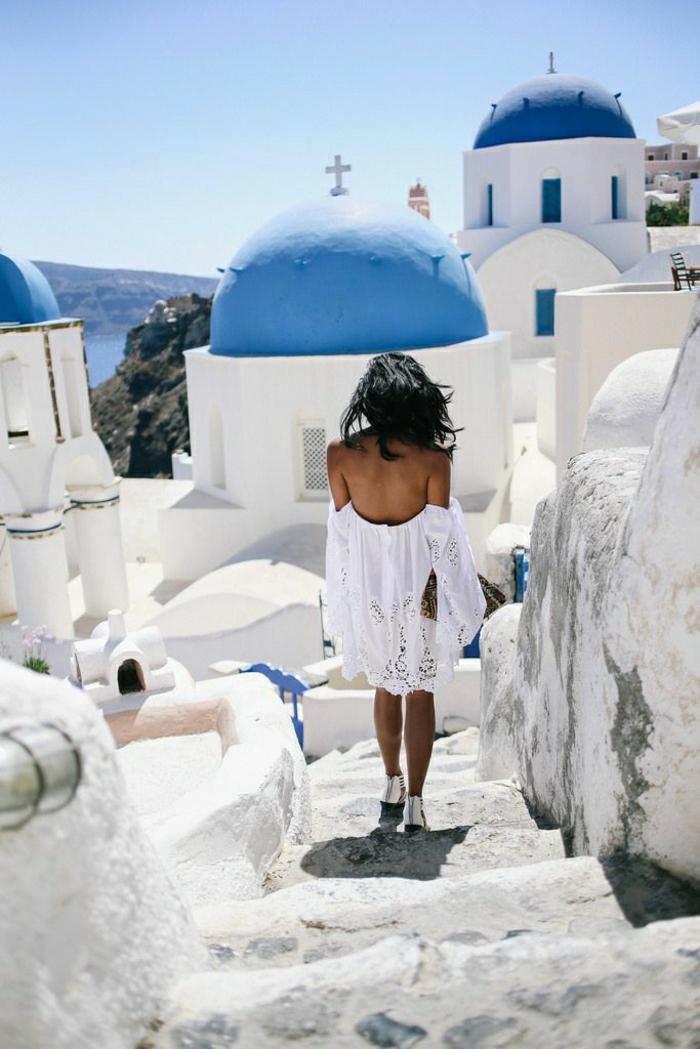 Reise-Urlaub-Griechenland-Santorini-weißes-Kleid-Sommer