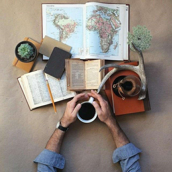 Reise-plannieren-Kaffee-Bücher-Atlas