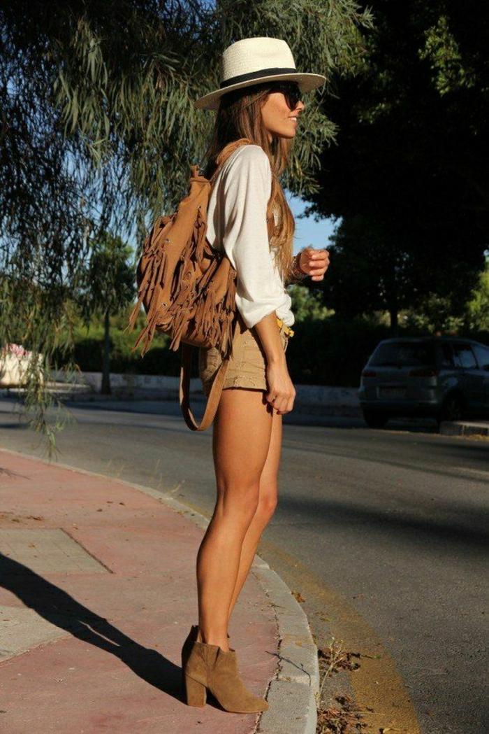 Rucksack-Damen-Fransen-Strohhut-kurze-Hosen-cool-Outfit