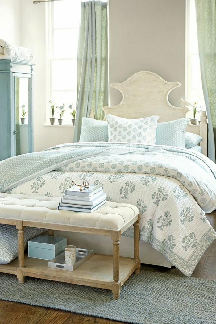 Schlafzimmer-Bett-interessantes-Design-Kleiderschrank-Minze-Farbe-Bettwäsche-Ornamente-Bank