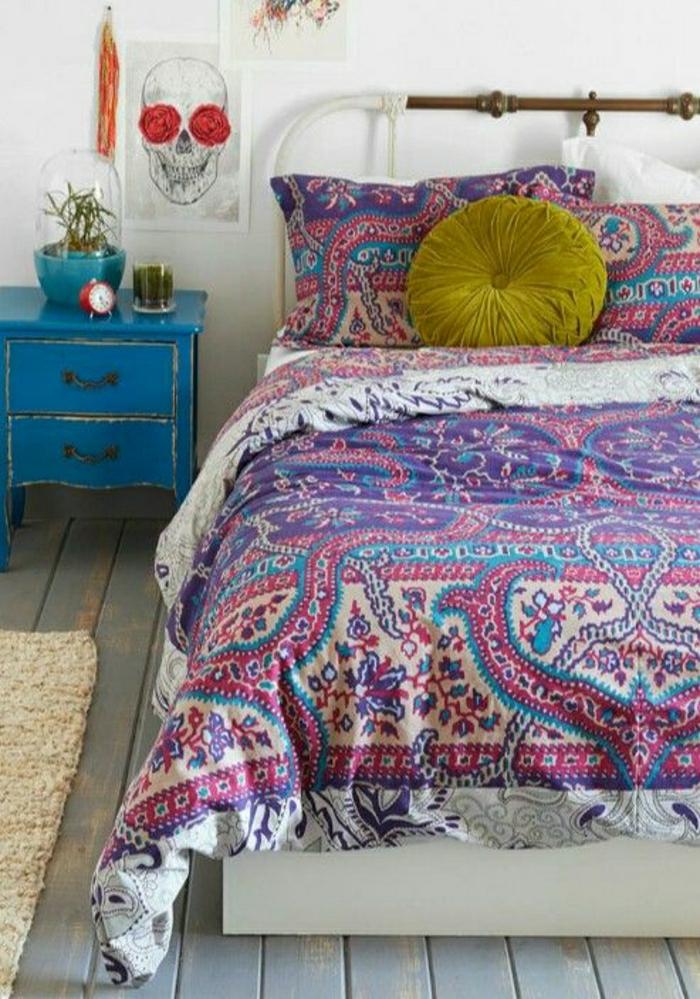 Schlafzimmer-Boho-Chic-Stil-Bettwäsche-lila-blauer-Nachttisch-Schädelbild