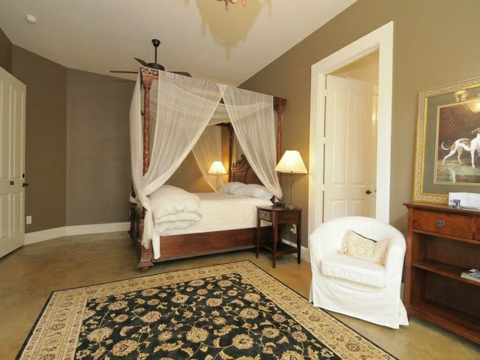 Schlafzimmer-Cappuccino-Wände-Bett-Baldachin