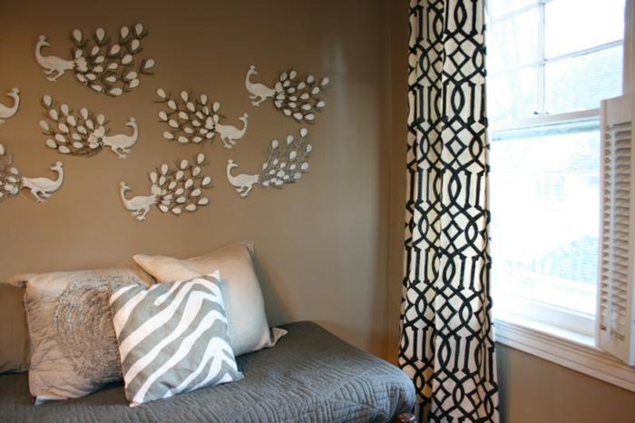 Schlafzimmer-Wandfarbe-Cappuccino-Pfau-Wandtattoos-Fenster-graphische-Gardinen