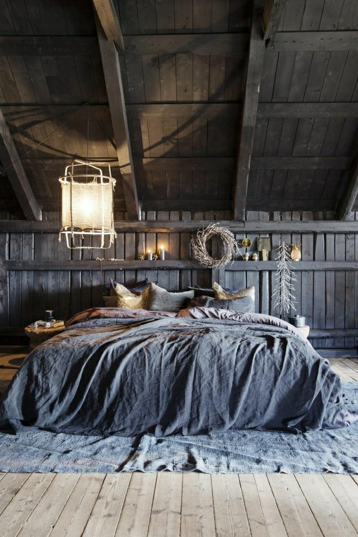 Schlafzimmer-Holzgebäude-rustikale-Atmosphäre-schöne-Bettwäsche-blau