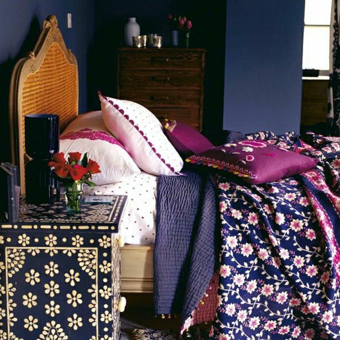 Schlafzimmer-Kommode-Nachttisch-Vase-Rosen-lila-Bettwäsche-indischer-Stil