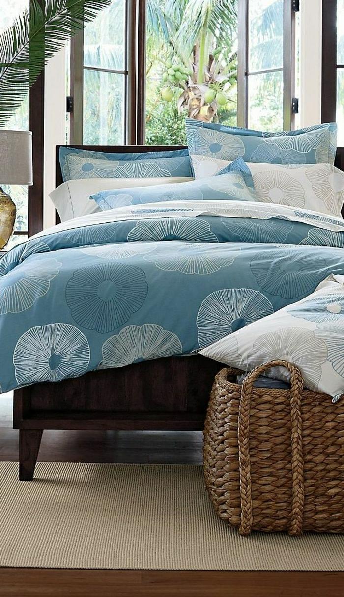 Schlafzimmer-Palmen-blaue-Bettwäsche-frisches-Muster-Kissen-Rattankorb