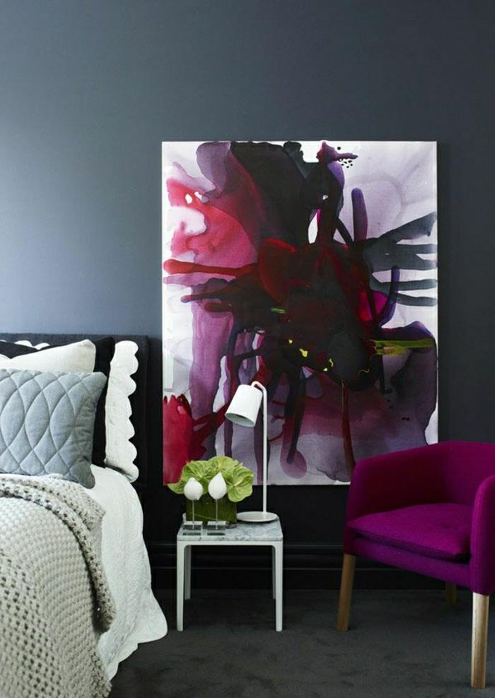 Schlafzimmer-Sessel-Zyklamen-Farbe-abstraktes-Wandbild