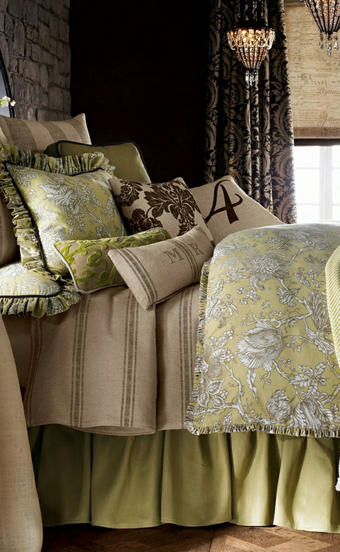 Schlafzimmer-Ziegelwände-Kronleuchter-Kristalle-schöne-Bettwäsche-grün-beige-braun-Ornamente-Gardinen