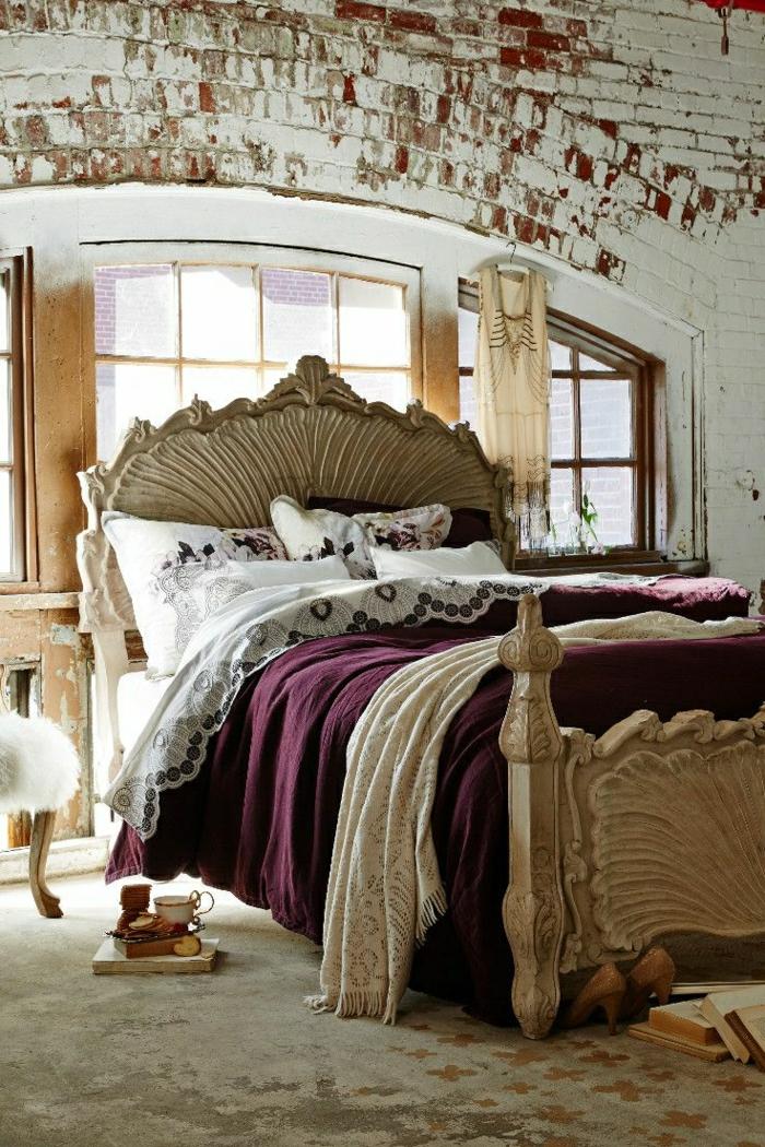 Schlafzimmer-aristokratisch-Ziegelwände-lila-Bettwäsche-Frühstück-Kleid