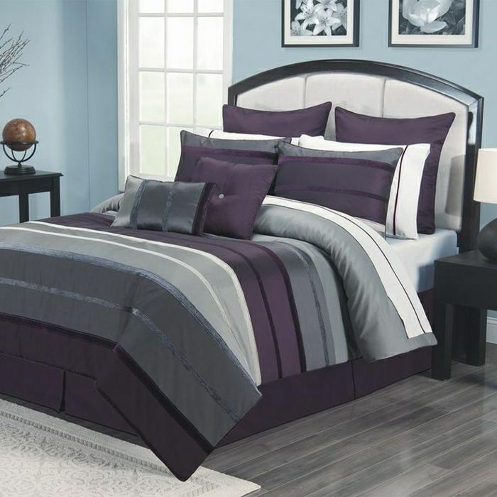 Schlafzimmer-blaue-Wände-Globus-Blumenbilder-Bettwäsche-Satin-lila-grau