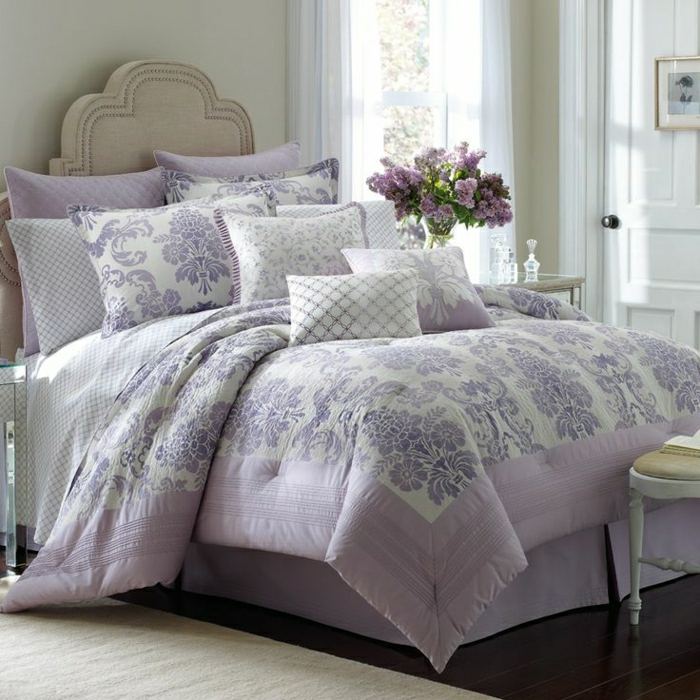 Schlafzimmer-elegant-Bett-beige-Bettwäsche-Lavendel-weiße-Gardinen-Flieder